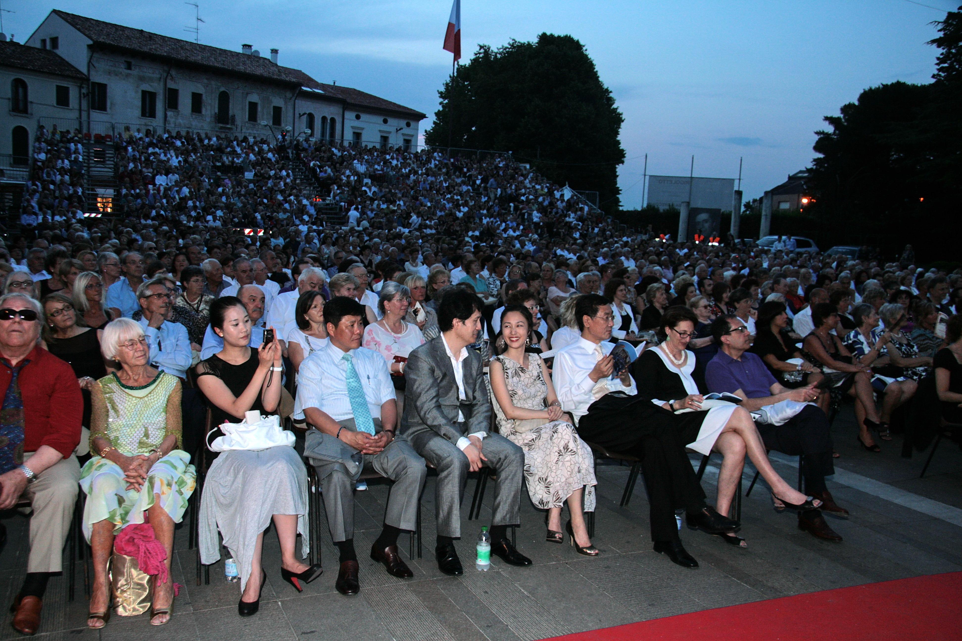 Ospiti coreani fra il pubblico di Opera in Piazza - luglio 2010