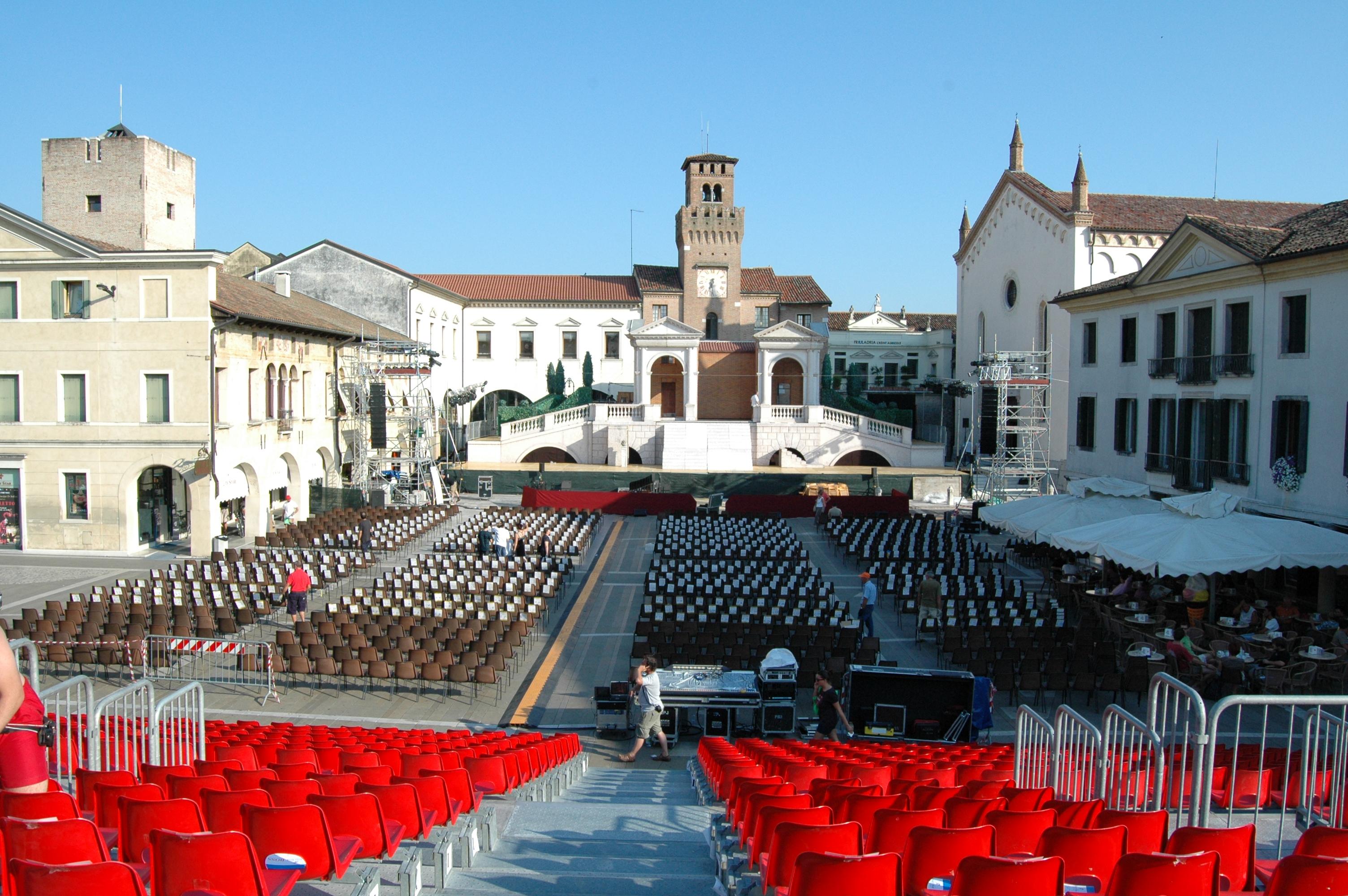 Oderzo Piazza Grande - l'allestimento di Rigoletto