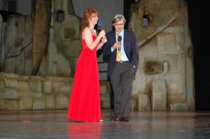 Maria Grazia Patella con VITTORIO SGARBI Premio Oder alla Cultura sul palcoscenico di Piazza Grande ( Zorba il Greco)