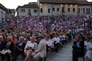 Opera in Piazza  -AIDA 2015  a ODERZO : una parte del  pubblico