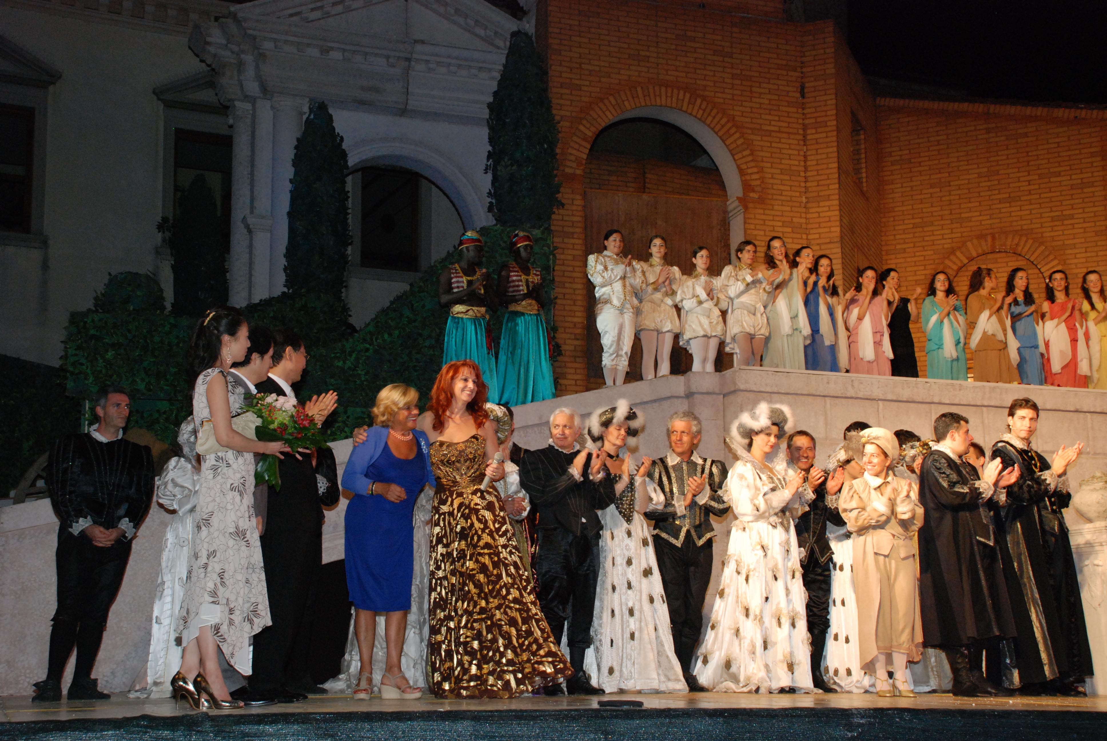 Il Console Generaqle della Corea del Sud e adua Veroni sul palco di Rigoletto