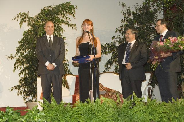 Maria Grazia Patella consegna al Basso Michele Pertusi il Premio Oder, in occasione del recital tenuto al Teatro Cristallo di Oderzo dal famoso artista